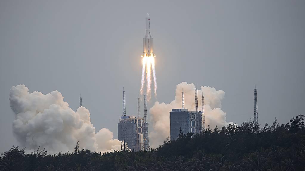 Eine chinesische Rakete des Typs «Langer Marsch» droht unkontrolliert auf die Erde zu stürzen. (Archivbild)