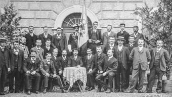 Ein Bild aus glücklicheren Zeiten: Im Jahr 1900 zählte der Männerchor Oensingen rund 30 Mitglieder, hier aufgestellt vor dem alten Schulhaus.