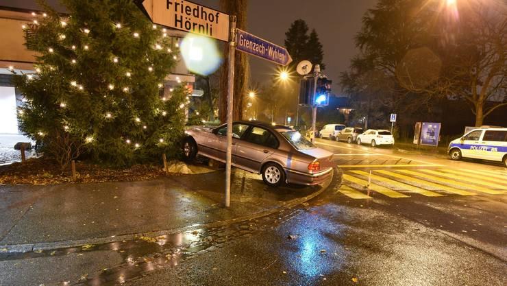 Der Autolenker kollidierte mit einem Findling. Der Weihnachtsbaum blieb jedoch heil.