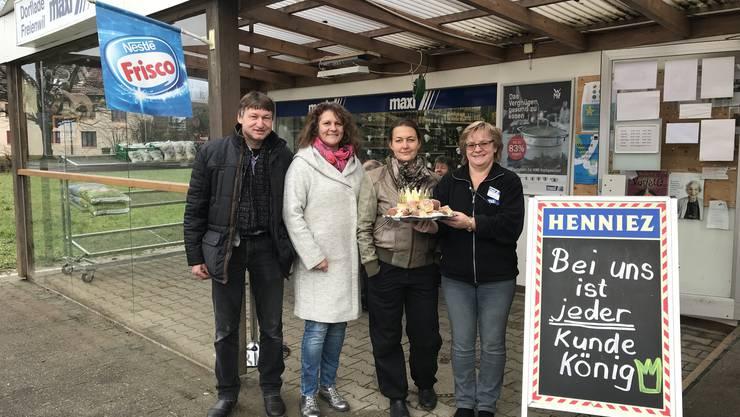 Die Genossenschafts-Vorstandsmitglieder Franz Burger, Gertrud Burger und Mira Hartmann (v. l.) freuen sich am Dreikönigstag mit Pächterin Doris Steimer über die neuen Fensterscheiben (links).