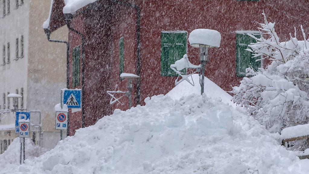dpatopbilder - Schnee liegt hoch aufgetürmt am Straßenrand in der Gemeinde Brenner. Foto: Bernd März/dpa-Zentralbild/dpa