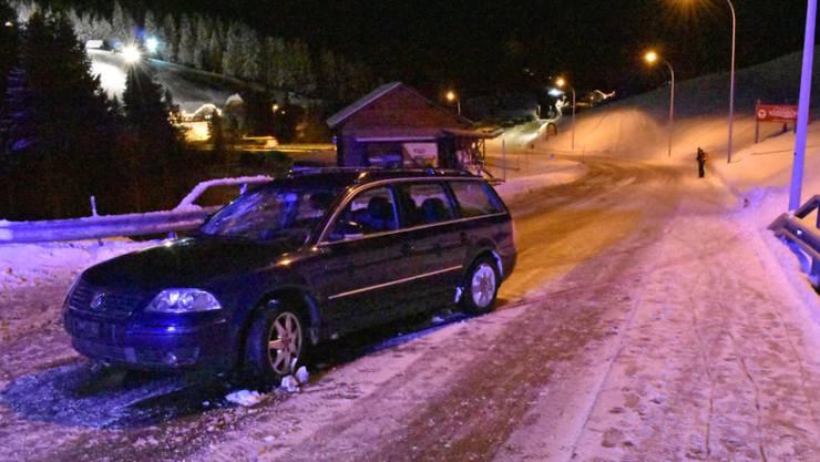 Auf der vereisten Strasse in Sörenberg kam ein Autofahrer ins Schleudern und stiess mit einer Fussgängergruppe zusammen.