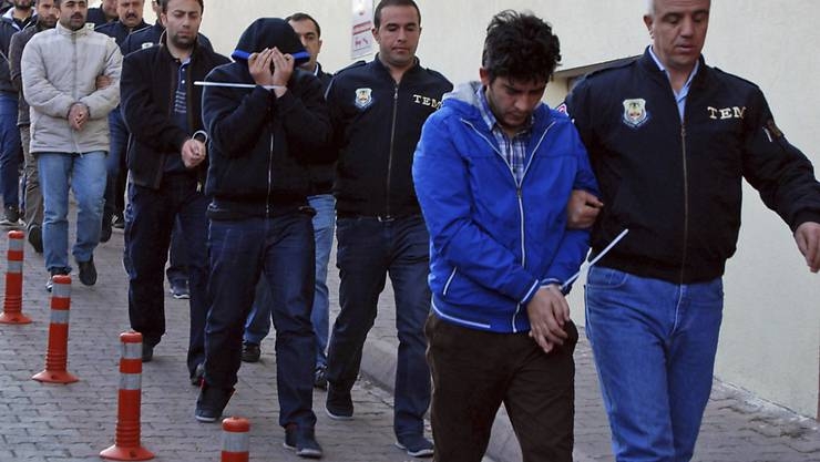 Festgenommene mutmassliche Gülen-Anhänger in der zentraltürkischen Stadt Kayseri