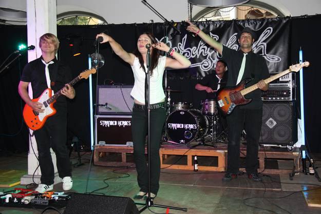Die Band Stranded Heroes fordert das Publikum auf der Saalbühne zum Mitsingen auf.