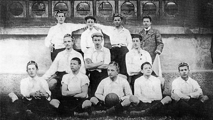 Hans Gamper, sitzend in der Mitte, 1898 im Dress der FC Zürich. key