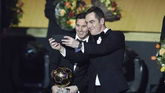 Bereits zum fünften Mal wird Barcelonas Lionel Messi zum Weltfussballer gekürt - Moderator James Nesbitt hält den Moment mit einem Selfie fest.