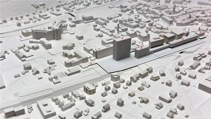 Das ist auf dem Liestaler Bahnareal in der Pipeline: Der neue Bahnhof (2) mit Verbindungstrakt zum Bürohaus (3), das Hochhaus, das der Kanton als Ankermieter belegen will (4), und der Uni-Campus (5). Das Palazzo (1) dient als Orientierungshilfe.