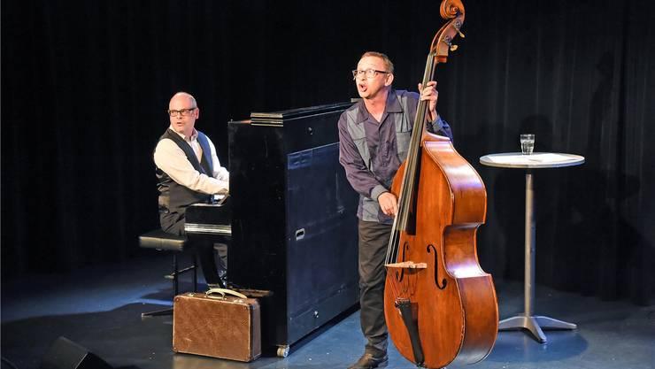 Roman Wyss aus Olten am Piano und Philipp Galizia während der Aufführung ihres musikalischen Erzähltheaters «Nachtschatte»