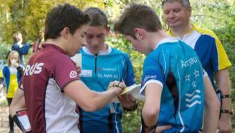 Christian Gafner (Mitte) diskutiert im Ziel über die beste Route mit Cyrill Fricker und Jan Erne. hga