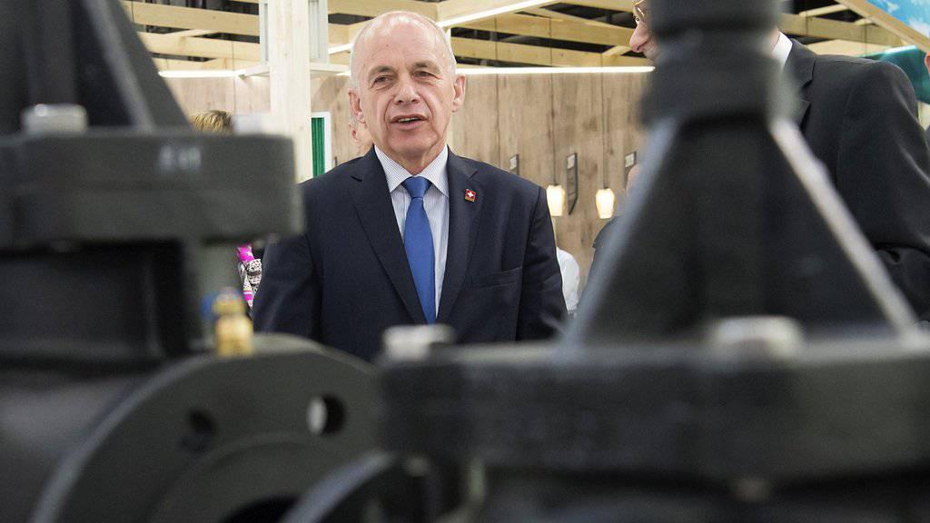 Bundesrat Ueli Maurer lässt sich beim Eröffnungsrundgang der Swissbau 2016 in der Messe Basel neue Anlagetechnik erklären.