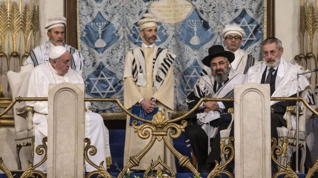 Papst Franziskus (l.) bei seinem Besuch in der Grossen Synagoge in Rom. Ganz rechts sitzt Oberrabiner Riccardo Di Segni.
