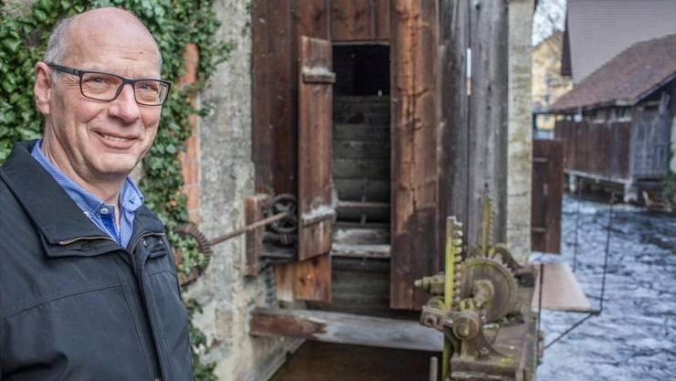 Stadtrat Martin Stücheli vor dem Wasserrad am Bleicherain. Künftig soll es von einem Gehsteg umfasst sein.