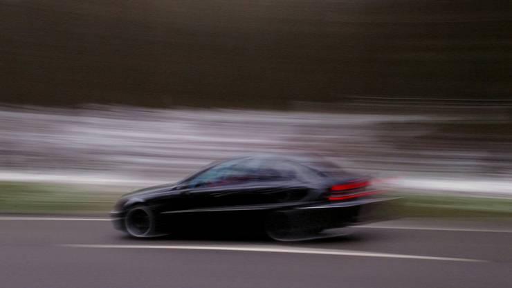 Bei diversen mobilen Geschwindigkeitskontrollen wurden 93 Fahrzeuglenkende festgehalten, welche die Höchstgeschwindigkeit überschritten hatten. (Symbolbild)