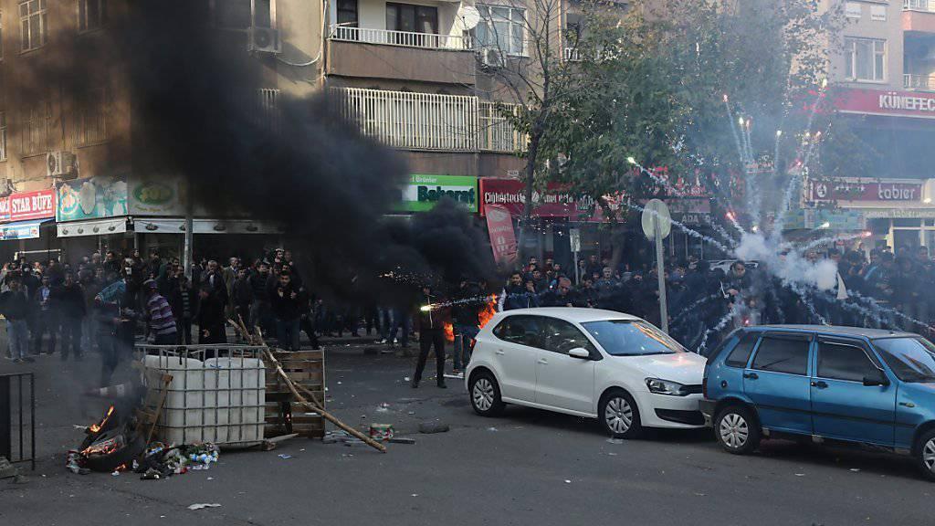 Im Viertel Sur der Kurdenmetropole Diyarbakir liefern sich Jugendliche gewalttätige Auseinandersetzungen mit der Polizei.