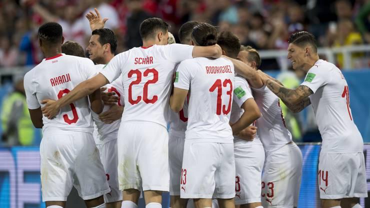 Die Schweiz jubelt nach dem 2:1-Siegtreffer von Xherdan Shaqiri.