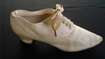 Dieser weisse Damenschuh dürfte um 1900 herum produziert worden sein.
