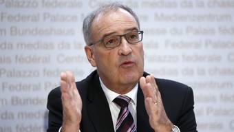 Wirtschaftsminister Guy Parmelin zieht für den Bundesrat in den Abstimmungskampf gegen die Kriegsgeschäfte-Initiative. (Archivbild)