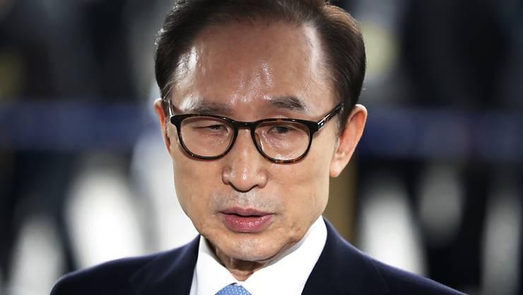 Der frühere koreanische Präsident Lee Myung Bak muss 15 Jahre in Gefängnis. Ihm wurde vorgeworfen, als Präsident von 2008 bis 2013 Bestechungsgelder vom Geheimdienst, von Unternehmern und anderen Organisationen angenommen zu haben. (Archivbild)