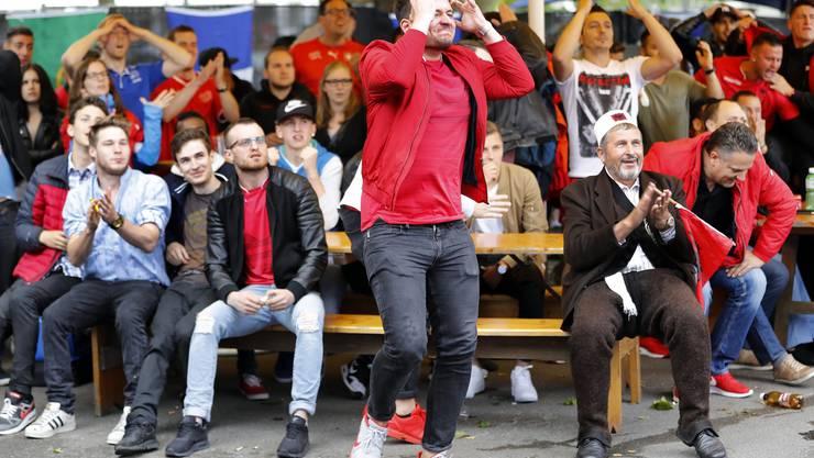 Die albanischstämmige Fangemeinde leidet und trauert den Möglichkeiten des albanischen Teams nach.