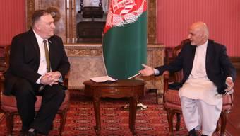 US-Aussenminister Mike Pompeo (l.) und der afghanische Präsident Aschraf Ghani (r.) bei Gesprächen in Kabul.