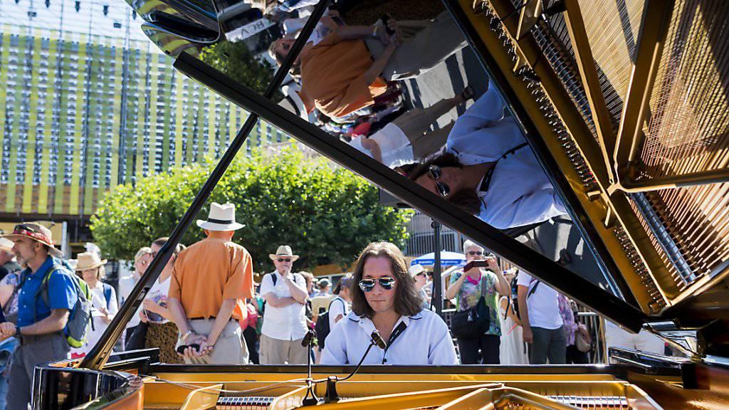 Greift für Zürich in die Tasten: Der Pianist Mischa Cheung vor der Arena in Vevey.