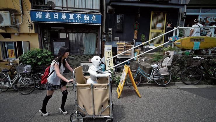 In Japan sind Roboter bereits teil der Gesellschaft. Sie pflegen und unterhalten Menschen. Und Menschen verlieben sich in sie.
