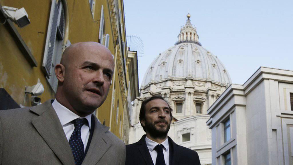 Die italienischen Journalisten Gianluigi Nuzzi (links) und  Emiliano Fittipaldi beim Verlassen der Vatikanstadt. Sie müssen sich - wie drei Informanten -  wegen Diebstahls und Veröffentlichung vertraulicher Dokumente vor Gericht verantworten.