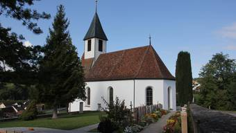 Der Friedhof bei der reformierten Kirche in Bözen wird nicht mehr bewässert.