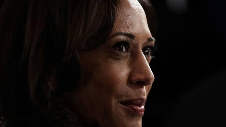 ARCHIV - Kamala Harris, demokratische Senatorin von Kalifornien, spricht zu Journalisten. Foto: Eric Gay/AP/dpa