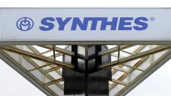 Durch die Übernahme des Solothurner Implantateherstellers Synthes im Jahr 2012 ist der US-Konzern Johnson & Johnson zum grössten Arbeitgeber der Schweizer Medizintechnikbranche aufgestiegen. (Archiv)