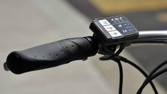 Das Mindestalter für alle E-Bikes liegt heute bei 14. In den Nachbarländern der Schweiz gibt es keine Altersbeschränkung, zumindest für leichte E-Bikes nicht.