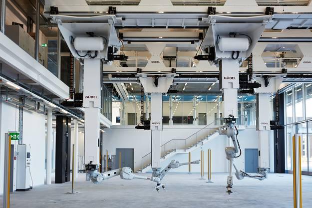 Ansicht Robotic Fabrication Laboratory zum erhöhten vollverglasten Haupteingang