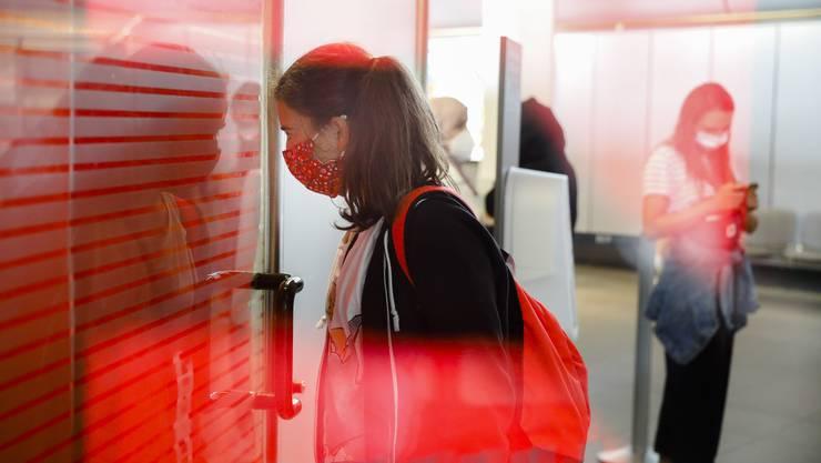 Gut besuchtes Testzentrum am Flughafen Tegel: Seit Samstag müssen sich Rückkehrer aus Risikogebieten testen lassen.