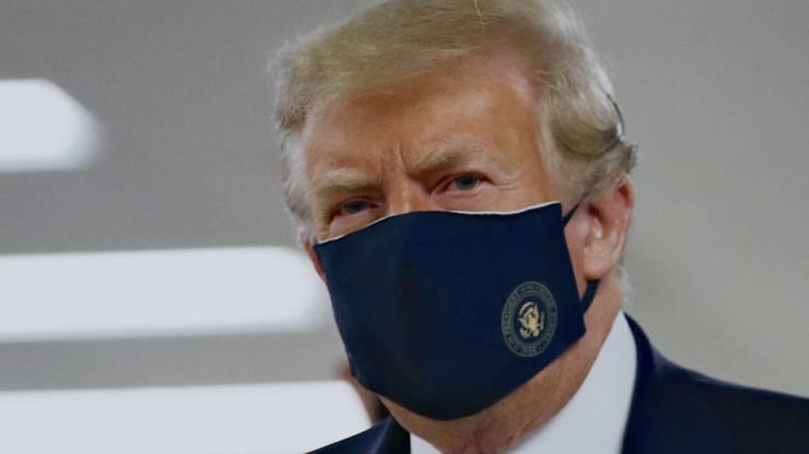 Donald Trump trägt jetzt sogar Schutzmasken mit Präsidentensiegel.