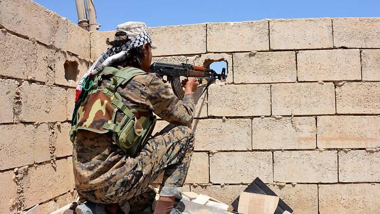 Die Truppen der Syrischen Demokratischen Kräfte rücken in der IS-Hochburg Al-Rakka weiter vor. (Archiv)