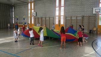 Kinder übern mit der Theateria eine Vorstellung für das Dietiker Stadtfest ein.