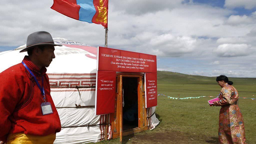 Zum Abstimmen in die Jurte: Ein Wahllokal in der Mongolei, wo die Opposition die Parlamentswahl für sich entschied.