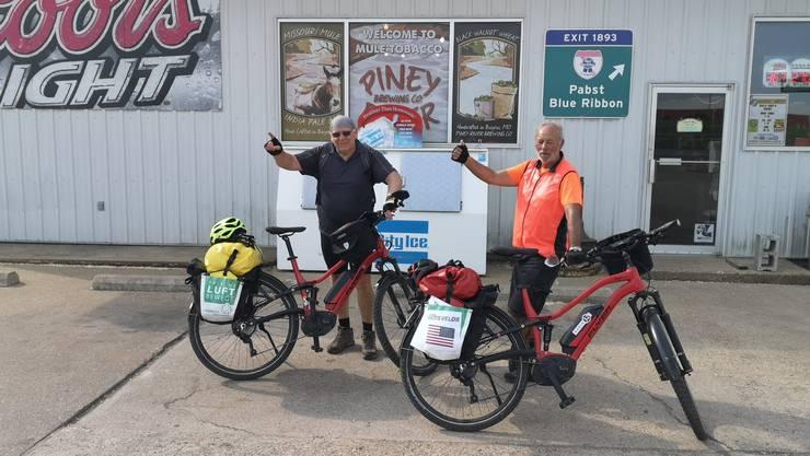 Tom Wälti (links) und Roland Grädel auf ihrem Abenteuer.