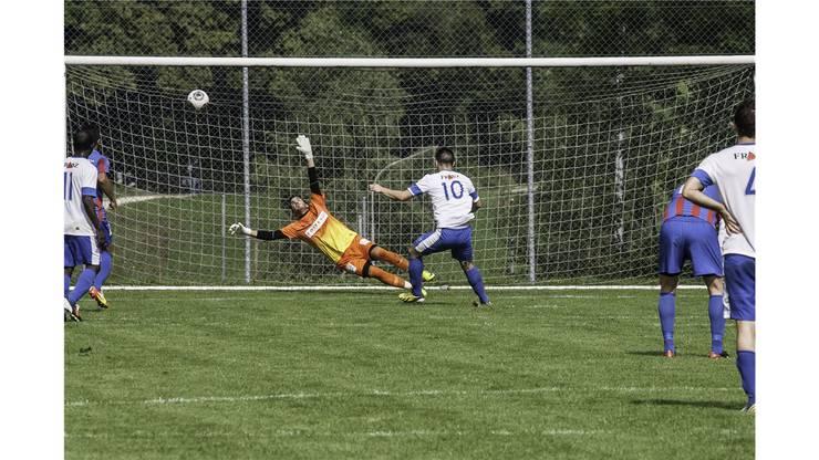 Birmensdorf-Torhüter Markus Würsten erhält beim Penaltytreffer von Industrie Turicum seinen ersten Gegentreffer der Saison.