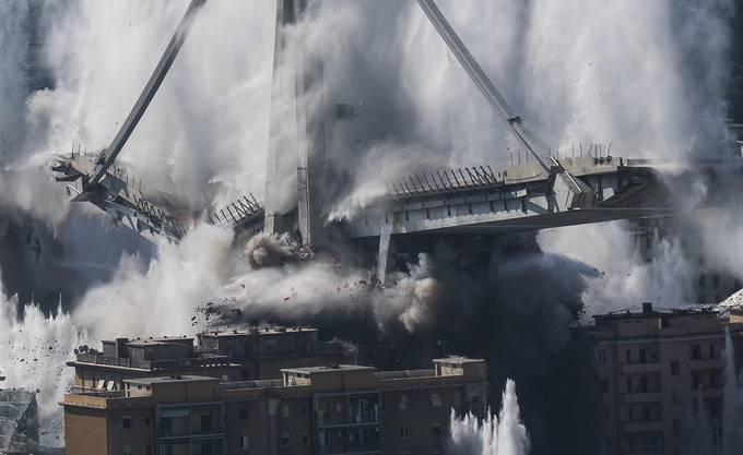 In wenigen Sekunden stürzen die mächtigen Pfeiler der Brücke ein.