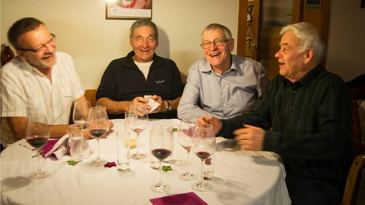 Ein Foto aus einer Zeit, als sich die ALS-Krankheit noch nicht gross bemerkbar machte: Balz Kobelt (Zweiter von rechts) mit seinen Brüdern an einem Weihnachtsfest. Dominic Kobelt