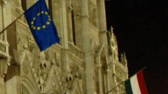 EU- und ungarische Flagge: Das EU-Parlament will Ungarns Verfassung prüfen (Symbolbild)