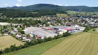 Das Gebiet zwischen Dubenmoosbach und Breitestrasse (rechts) wird derzeit landwirtschaftlich genutzt, ist aber teilweise als Industriezone ausgewiesen. Jetzt soll es erschlossen werden. Auf der anderen Bachseite befinden sich die Betriebe von Rigaflex, Dätwyler Schlosserei und Henkel.