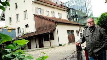 Alex Kämpfen kann heute wieder lächeln: Das Milchhüsli (links, von Westen her gesehen) ist abgerissen, der Neubau ist bewilligt. Archiv/Ken