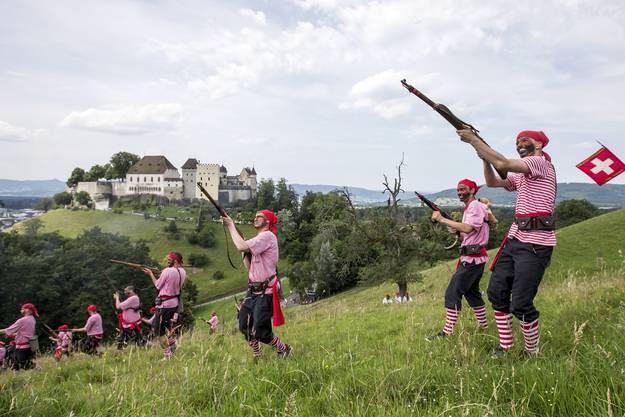 Die Piraten sind vor dem Schloss Lenzburg im Einsatz.