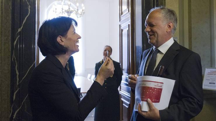 November 2010: Doris Leuthard (damals Bundespräsidentin) übergibt Johann Schneider-Ammann den Schlüssel zum Eidgenössischen Volkswirtschaftsdepartement (damals EVD).