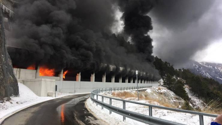 Aus dem Schallbergtunnel oberhalb von Ried-Brig dringen nach einem Carbrand Flammen und Rauch.