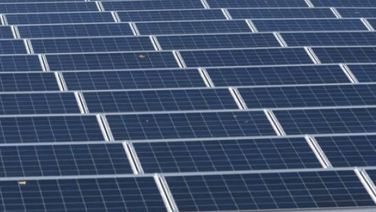 Solaranlage in Daillens. Photovoltaik ist eine der Methoden, um den nationalen ökologischen Fussabdruck zu minimieren. Als Mahnung vor dem verschwenderischen Umgang mit nicht erneuerbaren Ressourcen wird am Samstag der Erdüberlastungstag begangen (Archivbild)