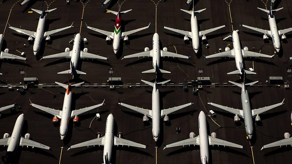 Ein Gericht im US-Bundesstaat Delaware hat eine Klage von Aktionären gegen den Flugzeug-Hersteller Boeing im Zusammenhang mit zwei Abstürzen von Maschinen des Typs 737 Max zugelassen. (Symbolbild)