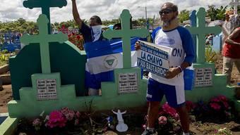 Regierungskritische Nicaraguaner gedenken anlässlich des Tages der Toten der Toten bei gewalttätigen Auseinandersetzungen im Land.